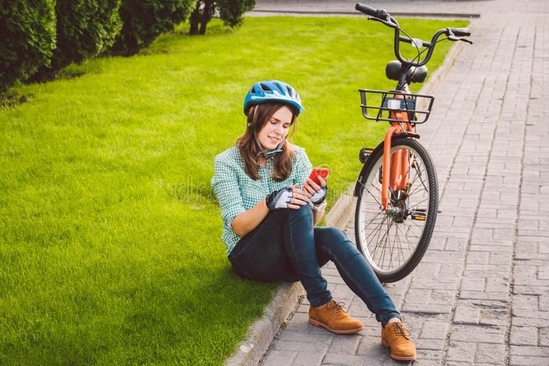 Le roulement d'homme et de ville vont à vélo, transport favorable à l'environnement Beau jeune repos se reposant caucasien de tra photographie stock