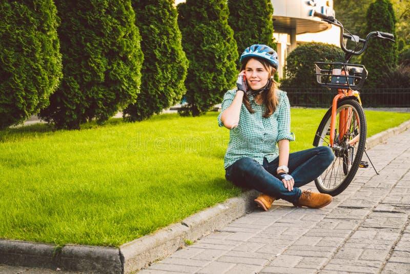 Le roulement d'homme et de ville vont à vélo, transport favorable à l'environnement Beau jeune repos se reposant caucasien de tra photo libre de droits