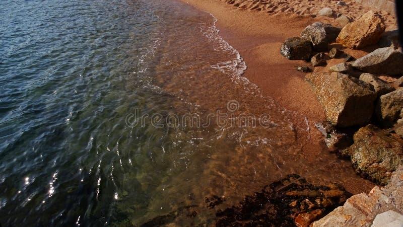 Le roulement de la mer Méditerranée sur le rivage contre les roches image stock