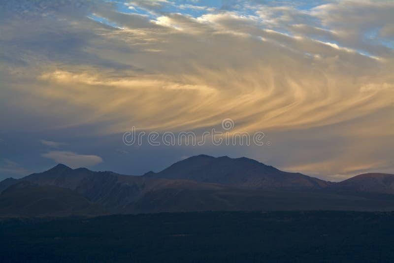 Le roulement opacifie au-dessus des montagnes avant coucher du soleil, cuisinier National Park, Nouvelle-Zélande de bâti d'Aoraki photographie stock libre de droits