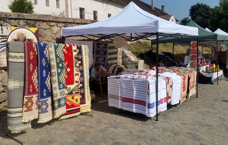 Le Roumain traditionnel handcraft et les souvenirs colorés de vintage photos stock