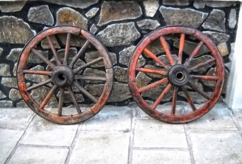 le Roumain traditionnel a reconstitué des roues utilisées dans le passé images libres de droits