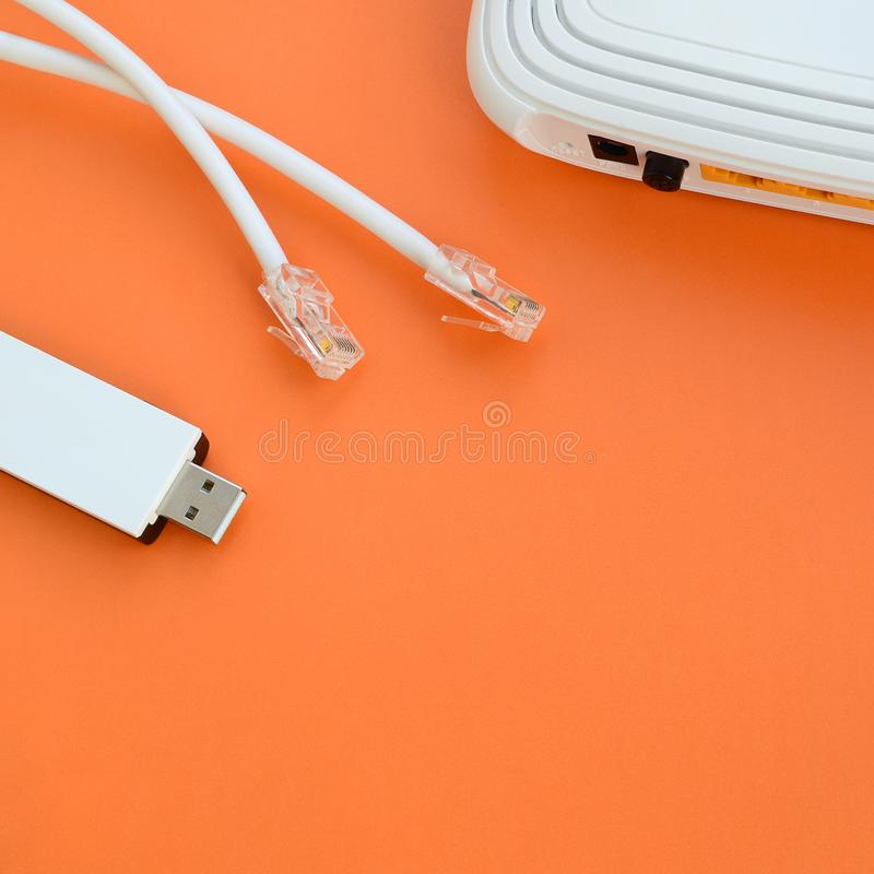 Le routeur d'Internet, l'adaptateur portatif d'USB Wi-Fi et l'Internet câblent p photographie stock
