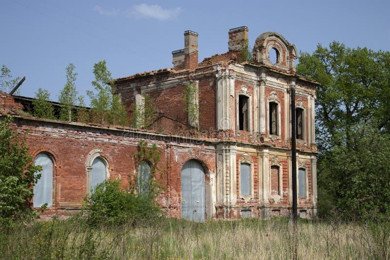 Le rovine degli insediamenti imperiali delle stalle Znamenka Peterhof fotografia stock