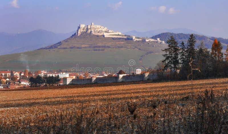 Le rovine del castello di Spis in autunno - Repubblica Slovacca immagini stock