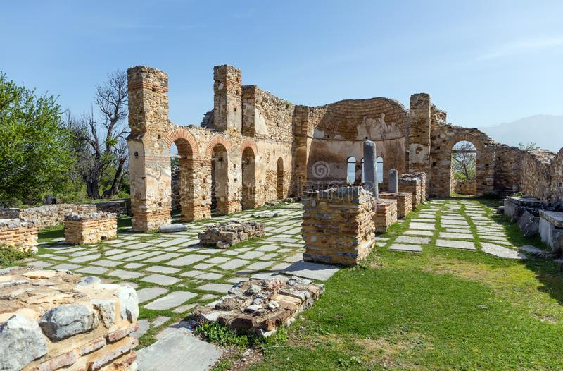 Le rovine della basilica di Agios Achillios nel piccolo lago Prespa, Macedonia, Grecia fotografia stock