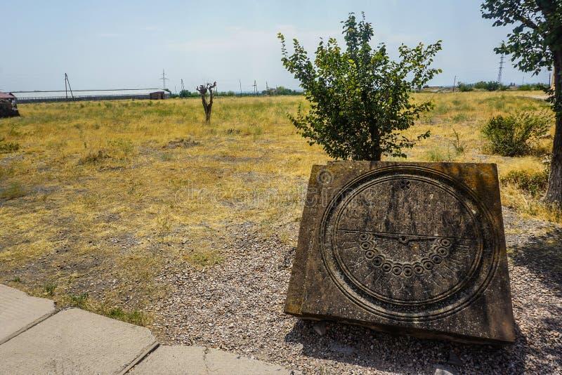 Le rovine della cattedrale di Zvartnots espongono al sole l'orologio immagini stock