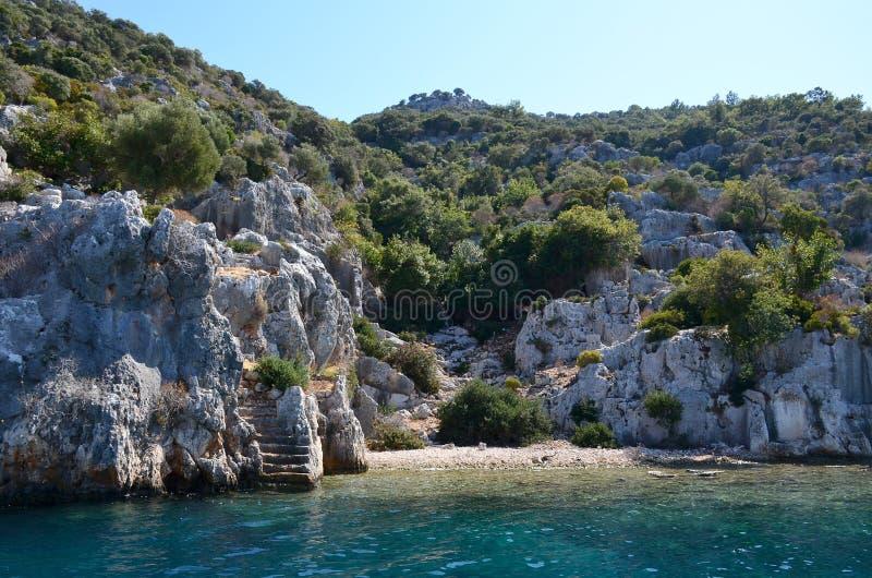 Le rovine della città antica di Dolikhiste sull'isola di Kekova sulla costa del sud della Turchia fotografia stock
