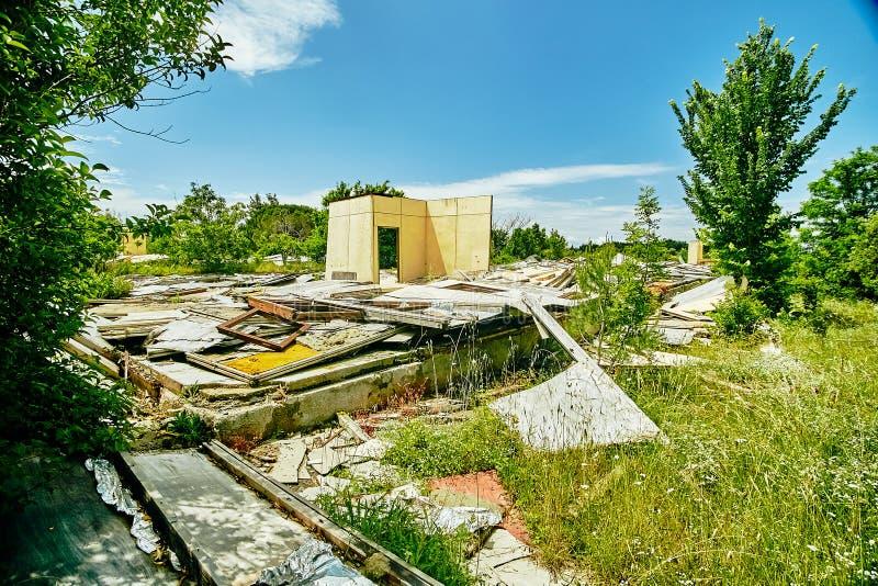 Le rovine della costruzione in mezzo della foresta fotografia stock