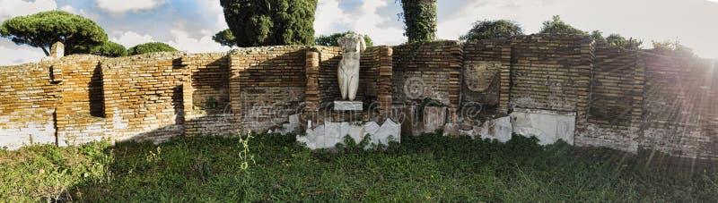 Le rovine di Ostia antico, rimane di una statua di marmo di una donna nuda ceduta dalle pareti di mattoni - Roma immagine stock libera da diritti
