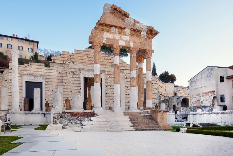 Le rovine di Roman Forum a Brescia nel centro della città romana antica di Brixia fotografia stock libera da diritti
