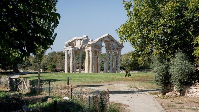 Le rovine di Tetrapylon, una volta un portone monumentale in Afrodisia Turchia fotografia stock