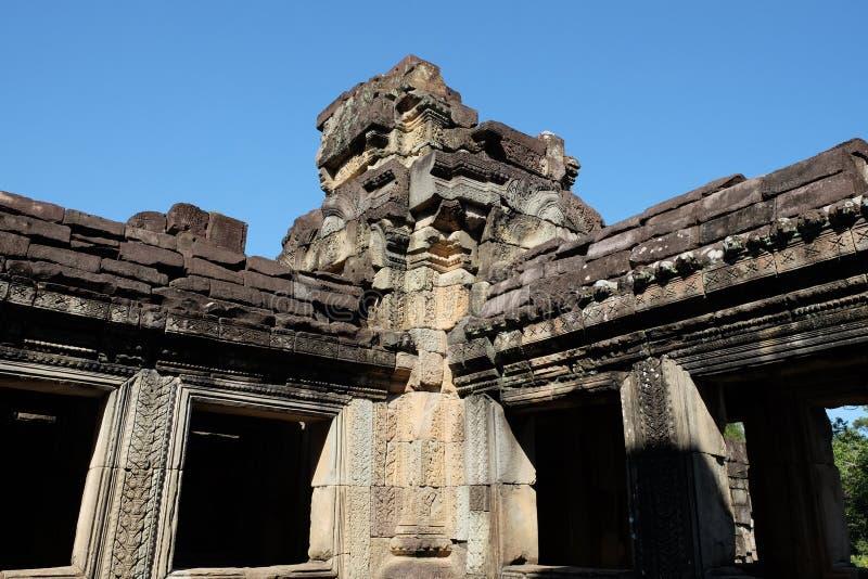 Le rovine di un edificio di pietra antico costruito nello stile architettonico di Kambujadesh Le rovine delle civilizzazioni anti immagine stock libera da diritti