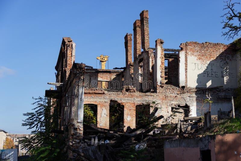 Le rovine di una casa antica bruciata nel centro urbano sulla via di Troitska immagine stock