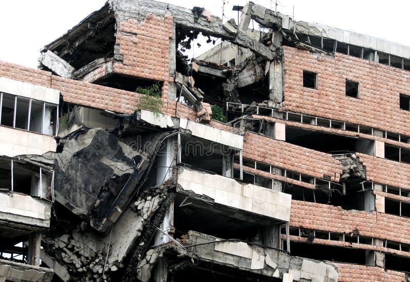 Le rovine di una costruzione a Belgrado, Serbia hanno distrutto tramite il bombardamento di NATO fotografia stock libera da diritti