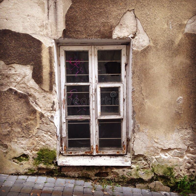 Le rovine di una finestra della parete della casa fotografia stock