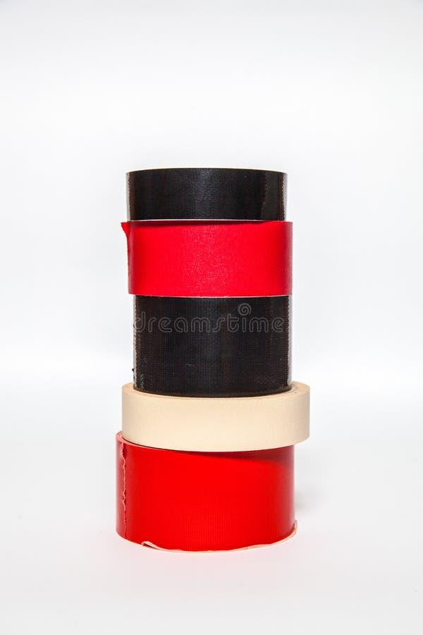 Le ruban adhésif de plusieurs petits pains OD attache du ruban adhésif à différentes couleurs image libre de droits