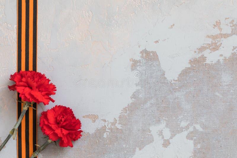 Le ruban de St George et l'oeillet rouge, peuvent le concept de 9 Victory Day, symbole de la deuxième guerre mondiale image stock