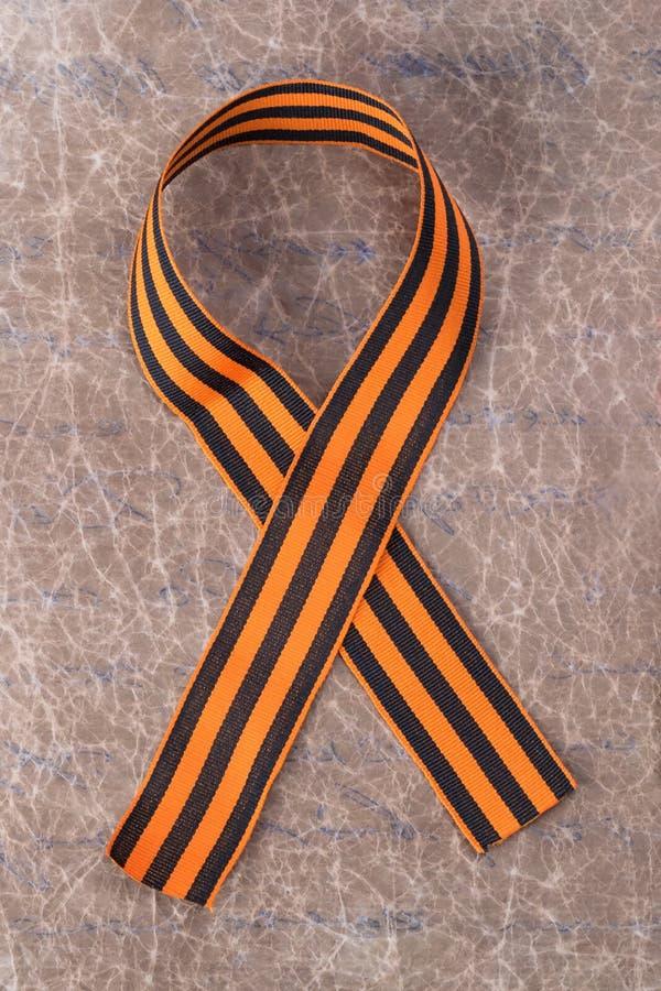 Le ruban orange de St George est fait une boucle, en gros plan photographie stock