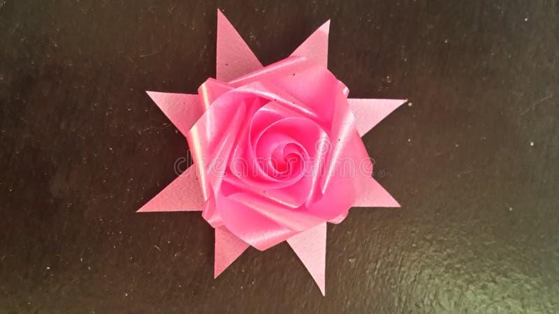 Le ruban rose s'est levé image stock