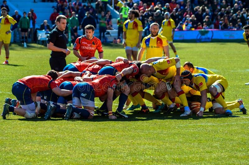 Le rugby espagnol et roumain teams dans une bousculade photographie stock libre de droits
