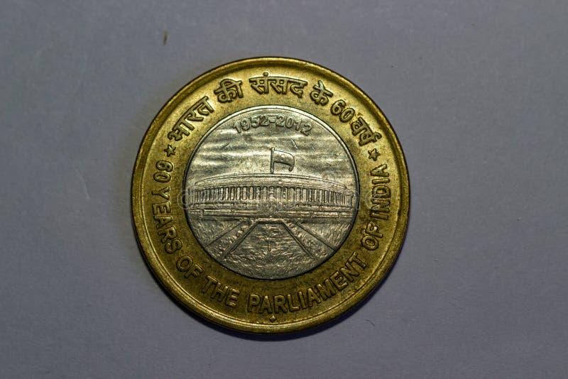 Le 10 rupie indiane coniano 60 anni del Parlamento dell'India fotografie stock