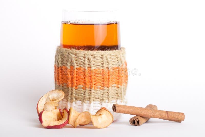 Le Russe de verre tricoté sbiten avec avec les pommes et les bâtons de cannelle secs images libres de droits