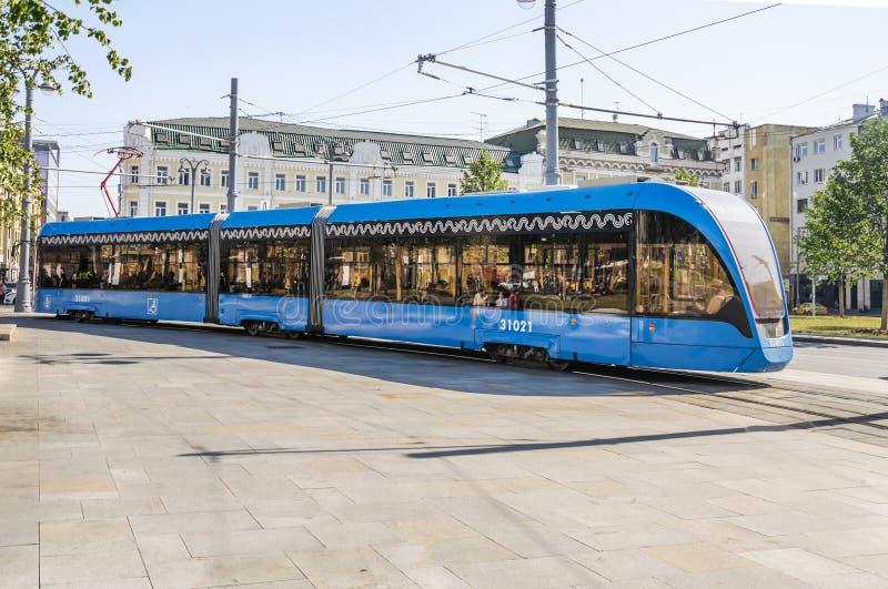 Le ` russe de Vityaz M de ` de voiture de tram de bas-plancher de trois-unité sur la place de Tverskaya Zastava photo stock