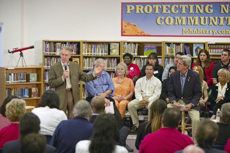 Le sénateur Harry Reid parlant chez Ralph Cadwallader Middle School, Las Vegas, nanovolt photos stock