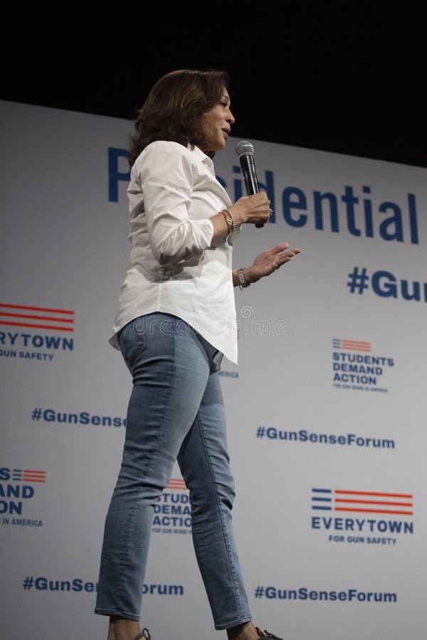 Le sénateur Kamala Harris parle au forum de sécurité d'arme à feu, le 8 août 2019 photographie stock libre de droits