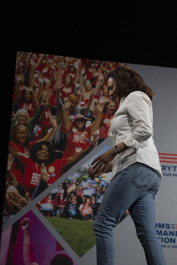 Le sénateur Kamala Harris parle au forum de sécurité d'arme à feu, le 8 août 2019 image libre de droits