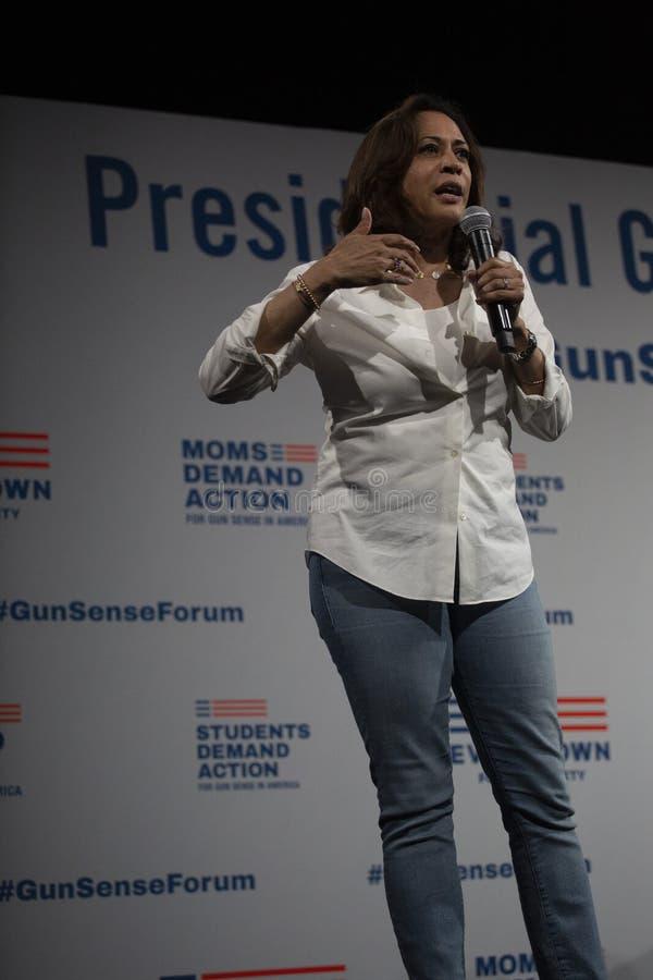 Le sénateur Kamala Harris parle au forum de sécurité d'arme à feu, le 8 août 2019 images libres de droits