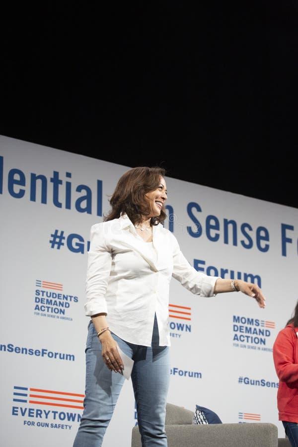 Le sénateur Kamala Harris parle au forum de sécurité d'arme à feu, le 8 août 2019 image stock