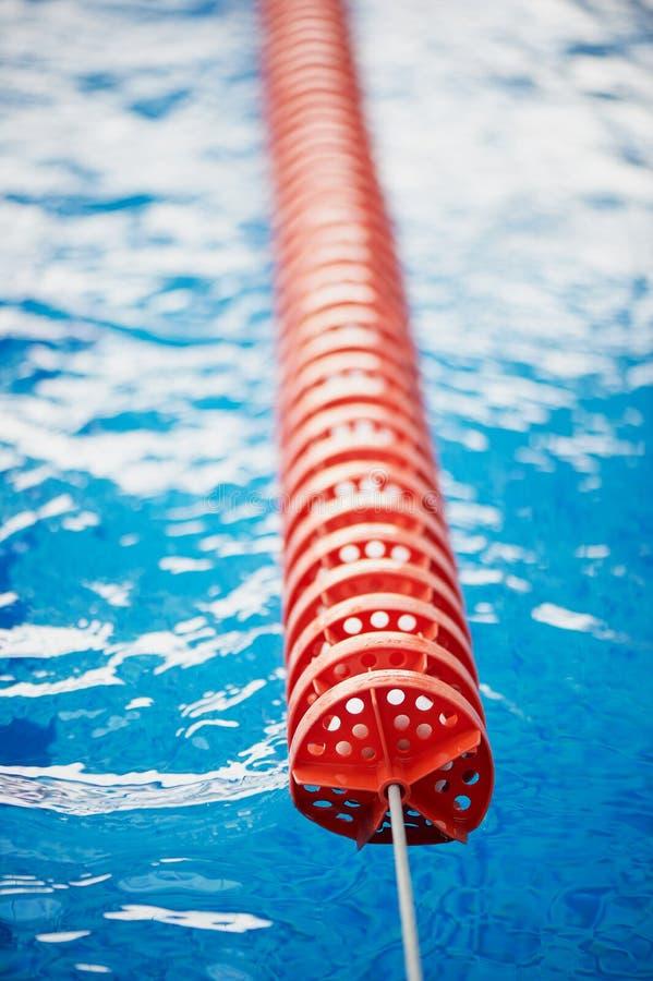 Le séparateur est les ruelles dures dans la piscine Plastique rouge Nageurs, concours, voie photo stock