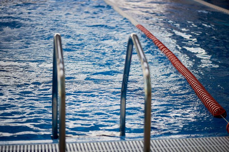 Le séparateur est les ruelles dures dans la piscine Plastique rouge Nageurs, concours, voie Entrée à la piscine photographie stock
