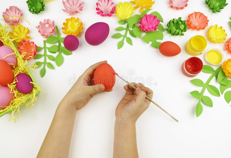 Le ` s d'enfants remet des oeufs de pâques de peinture L'enfant dessine Pâques photographie stock libre de droits
