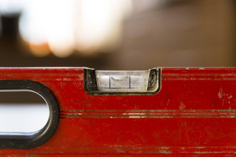 Le ` s de charpentier remet la vérification de niveau de la table en bois à la maison Projets de DIY, bricoleur images libres de droits