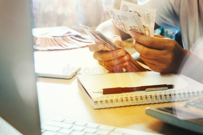Le ` s de femme de l'Asie remet compter beaucoup de billets de banque d'argent avec heureux images libres de droits