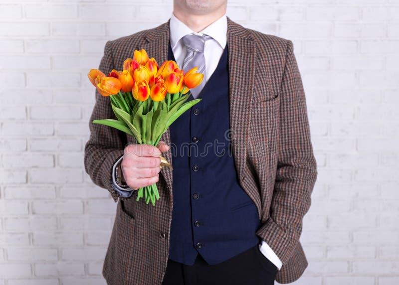 Le ` s de femmes ou le concept de jour du ` s de mère - fermez-vous des fleurs dans le mâle ha image stock