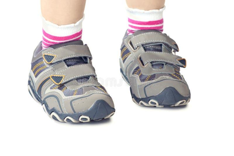 Le `s de gosse folâtre des chaussures photo libre de droits