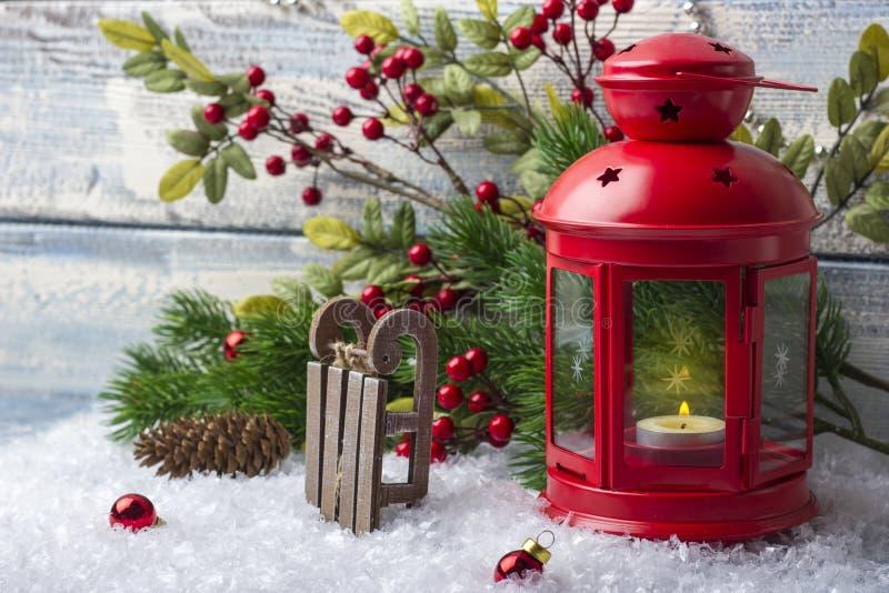 Le ` s de nouvelle année joue avec un chandelier rouge avec une bougie à l'intérieur Traîneau de Santa Claus photos stock