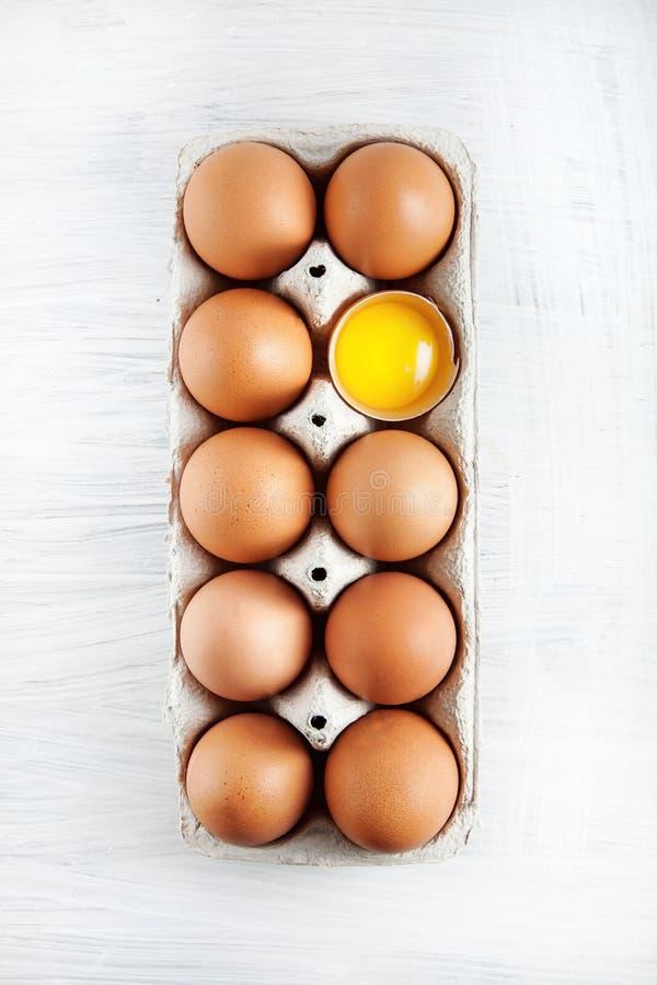 Le ` s de poule de Brown eggs un évident de jaune d'oeuf décoré dans une boîte photos libres de droits