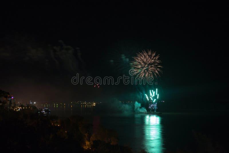 Le ` s Eve Fireworks de nouvelle année a lancé de l'eau avec des réflexions images stock