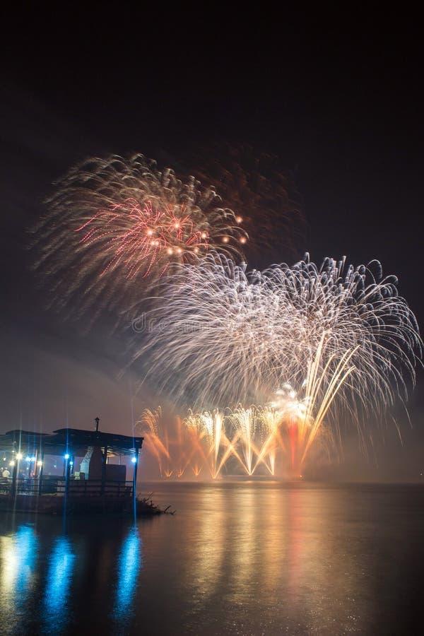 Le ` s Eve Fireworks de nouvelle année a lancé de l'eau avec des réflexions photo stock
