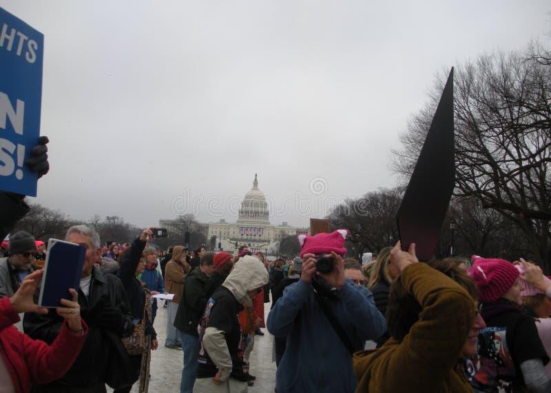 Le ` s mars, protestation de femmes se serre sur le mail national, photographe Wearing un Pussyhat rose, Washington, C.C, Etats-U images libres de droits