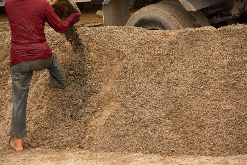 03-06-2017 le sable de excavation de carrière de sable est un composant dans la construction Utilisé dans le mélange au mortier V photos libres de droits