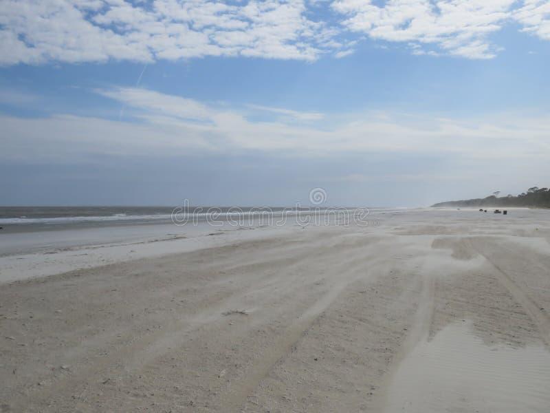 Le sable et le ressac de soufflement ne sont pas un jour agréable à la plage image libre de droits