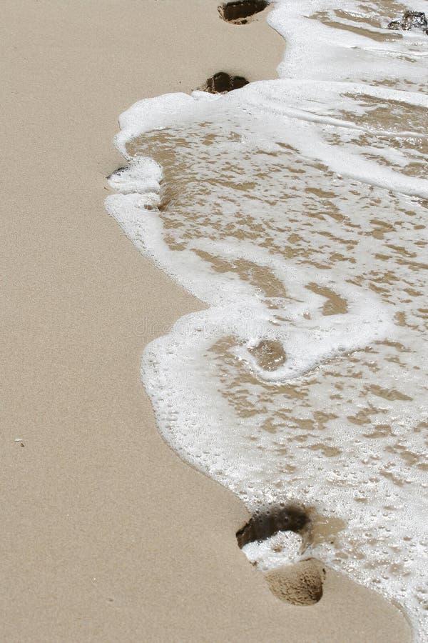 Le sable trempe et océan images stock