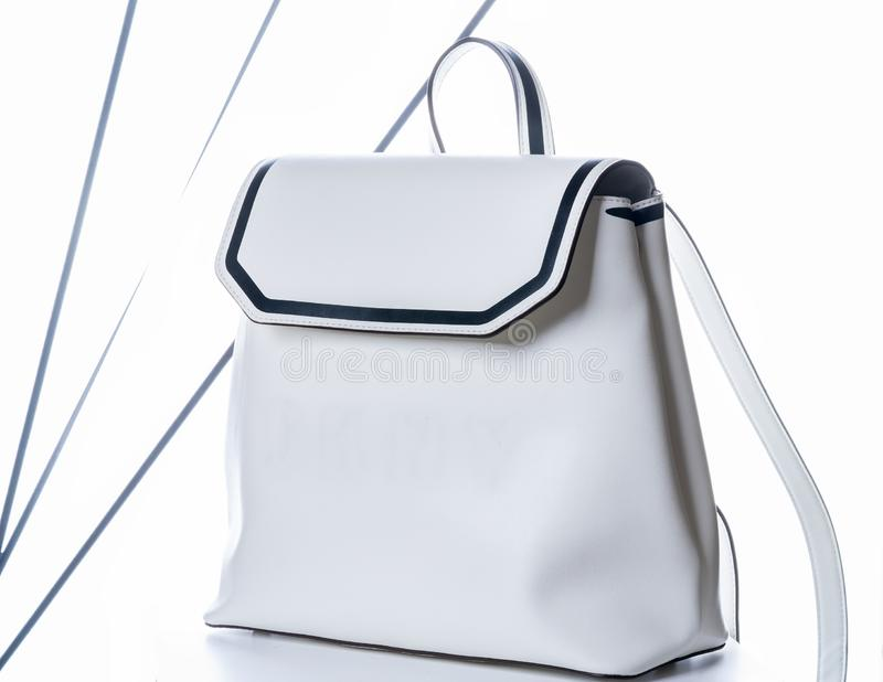 Le sac à dos en cuir de femmes blanches Sac de mode sur le fond blanc photo libre de droits