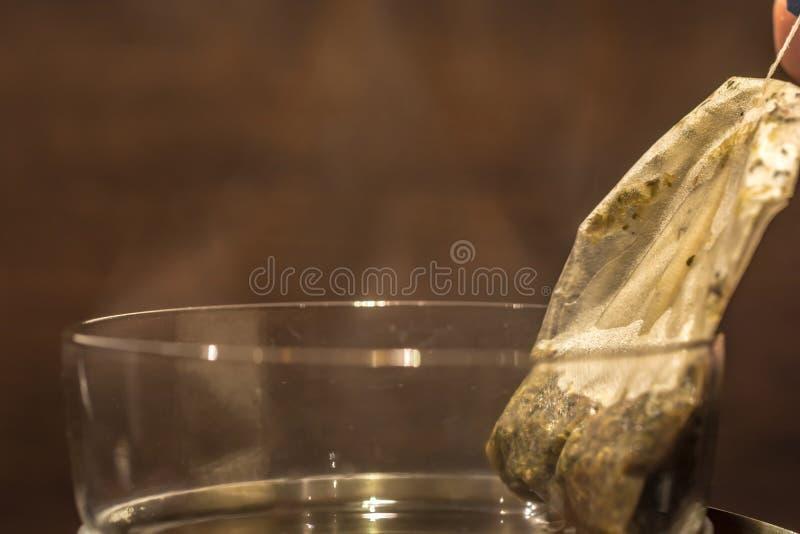 Le sac à thé est pris du thé fraîchement brassé images stock